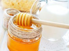 7 homemade hair mask for dry, damaged hair - Mix one-half cup of milk with a tablespoon of honey (a natural moisturizer). Massage it into your hair, and wash it out after 15 minutes, using a mild shampoo Hair Masks For Dry Damaged Hair, Mascarillas Peel Off, Lemon Juice Face, Prévenir Les Rides, Aloe Vera Creme, Foot Soak Recipe, Natural Face Moisturizer, Baking Soda Face, Honey Face Mask