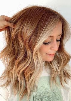 Find here awesome shades of strawberry blonde balayage hair colors for medium to long waves hair styles in 2021. All those ladies who actually wanna make them look so much cool they must try these amazing hair colors nowadays for modern look. Hair Color Balayage, Blonde Balayage, Cool Hair Color, Hair Colors, Strawberry Blonde, Amazing Hair, Color Trends, Cool Hairstyles, Waves