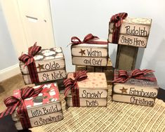 Cute Christmas Decorations, Christmas Wood Crafts, Christmas Books, Christmas Signs, Christmas Projects, Holiday Crafts, Homemade Christmas, Christmas Ornaments, Christmas Chandelier