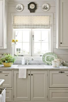 Country kitchen decorating ideas - country designs, comfort and easy living Kitchen Decorating, Cottage Kitchen Decor, Kitchen Redo, New Kitchen, Kitchen Ideas, Decorating Ideas, Cottage Kitchen Backsplash, Decor Ideas, Cape Cod Kitchen