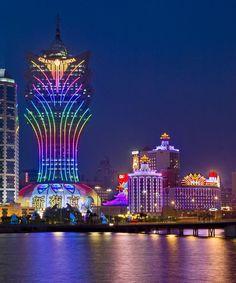 Grand Lisboa, es un hotel de 58 plantas, situado en Macao, (China), diseñado por los arquitectos Dennis Lau y Ng Chum Man de Hong Kong. (megaconstrucciones.net)