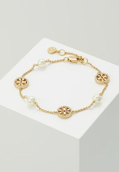 Tory Burch DELICATE LOGO BRACELET - Bracelet - gold-coloured - Zalando.co.uk Cute Jewelry, Modern Jewelry, Luxury Jewelry, Gold Jewelry, Jewelery, Jewelry Accessories, Jewelry Shop, Gold Gold, Ankle Bracelets