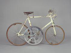 Pour tous les passionnés, je souhaite vous faire partager ce cliché. Il s'agit du vélo de José Meiffret, le détenteur actuel du Record du Monde de vitesse. C'est une pièce unique. Après maintes recherches, j'ai retrouvé son vélo dans un musée à Paris....