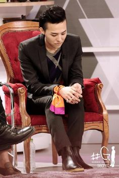 love the way he uses the handkerchief to bright his suit ♥