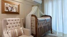 Quarto de bebê bege e madeirado com decoração clássica - lindo!