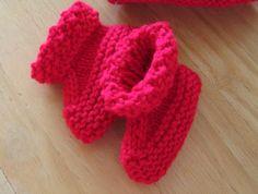 Aqui está a receita da botinha que adoro tricotar, ela é muito fácil e rápida de fazer.  Agulha n 5 Tamanhos: Prematuro, Recem nascido, Me...