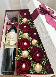 New basket flower cake gift ideas Ideas Flower Box Gift, Flower Boxes, Homemade Gifts, Diy Gifts, Chocolate Flowers Bouquet, Gift Bouquet, Candy Bouquet, Wine Gift Boxes, Wine Gift Baskets