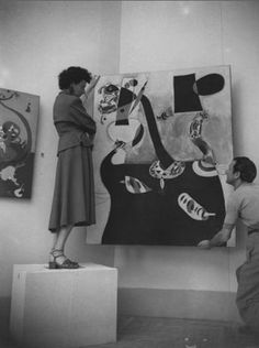 Peggy Guggenheim during the preparation of the greek pavilion with Joan Miró , ca 1948. © Solomon R. Guggenheim Foundation Guggenheim.