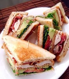 California Chicken Club Sandwich - Cooking and Recipes Club Sandwich Recipes, Soup And Sandwich, Chicken Club Sandwiches, Turkey Club Sandwich, Fruit Sandwich, Healthy Sandwich Recipes, Sandwich Bar, Steak Sandwiches, Bacon Recipes