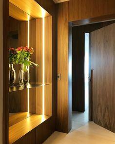 Hello people! Pequenos detalhes que fazem toda diferença no projeto! Estou encantado por esse Hall de entrada projetado pela super… Arch Interior, Interior Architecture, Interior Design, Lobby Design, Entrance Foyer, Entryway Decor, Door Design, House Design, Living Room Shelves