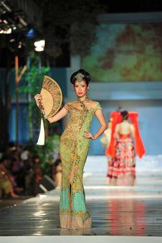 Kebaya lengan pendek & Batik hijau : Love the colours, the style - Anne Avantie