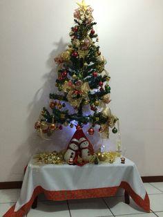 Árvore de Natal e toalha de mesa com canto mitrado.