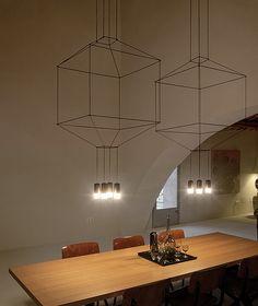 La lampada a sospensione Wireflow Volumetric rivisita e rinnova l'estetica dei lampadari. Con lampade LED da 3,7 W. Disponibile con 4, 6 e 8 diffusori.