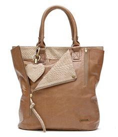 Deze Fabienne Chapot handtas is een tas uit de luxe lijn van Fab. De tas is geheel vervaardigd van leer en afgewerkt met details van slangenleer (€419,00)