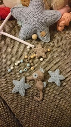 Kijk wat ik gevonden heb op Freubelweb.nl: Nederlands haakpatroon om dit zeepaardje en deze sterren te maken  http://www.freubelweb.nl/freubel-zelf/zelf-maken-met-haakkatoen-zeepaardje/
