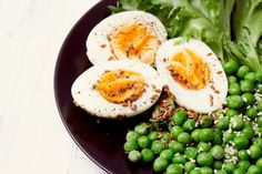 Organic ingredients for a salad with lettuce, frozen peas and eggs on rustic background. healthy food, or diet nutrition concept Chicken Diet Recipe, Diet Soup Recipes, Healthy Foods To Eat, Healthy Smoothies, Healthy Recipes, Free Meal Plans, Diet Challenge, Organic Living, Frozen Peas