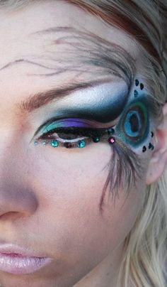 Pfau-Hochzeit – Make-up – Weddbook See more about eye makeup, eye shadows and brown eyes ma Makeup Art, Beauty Makeup, Hair Makeup, Makeup Ideas, Makeup Tips, Maquillage Halloween, Halloween Face Makeup, Pfau Make-up, Peacock Eye Makeup