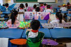 Estudiantes en China crean alas para mantener distanciamiento Secondary School, Primary School, Elementary Schools, Classroom Organization, Classroom Management, Sunday Prayer, School Reopen, Northern England, Pre Kindergarten