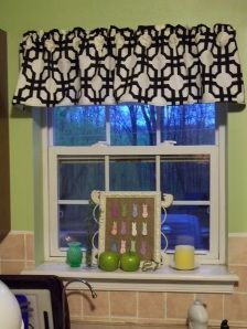 Check out my new kitchen window valance. I like to switch mine up now and again, just for fun. This is the window above my sink that overlooks our deck and backyard. Therefore, I like just a valanc… Sewing Projects For Beginners, Home Projects, Craft Projects, Valance Tutorial, Kitchen Window Valances, Kitchen Windows, Kitchen Curtains, No Sew Curtains, Bedroom Curtains