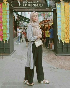 hijab casual remaja simple Source by outfit Hijab Casual, Ootd Hijab, Hijab Chic, Modern Hijab Fashion, Street Hijab Fashion, Muslim Fashion, Black Cullotes Outfits, Hijab Mode Inspiration, Hijab Stile