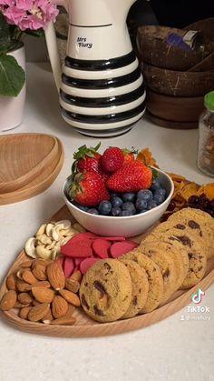 Snack Board für Gäste, Früchte, Cookies, Nüsse, einfach und schnell gemacht, Snackplatte, Ideen für Gäste, Party, Partyfood, einfache Snacks, Rezepte, gesund essen, einfache Rezepte, Veganes Snackboard, Snack Board, Snacks, Snackplatte #snackboard #snackplatte #snacks #eatgoodfood #mrsflury