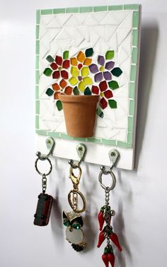 Traga a primavera para perto de você! Porta chaves e quadrinho numa única peça que traz muitas flores coloridas em mosaico, todas charmosamente arranjadas dentro de um vasinho de cerâmica. Tamanho: 14,5 x 21 cm - Pode ser feito em outros tamanhos. Consulte-nos sobre preço e possibilidades.