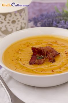 La vellutata di patate dolci e pancetta croccante (cream of sweet potato soup with crispy bacon) è un'idea originale per il vostro #Thanksgivingday. #thanksgiving http://speciali.giallozafferano.it/buon-appetito-america