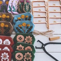 Instagram photo by yumikohiguchi - 小さなガマ口ポーチ制作中 #手づくり #embroidery #刺繍 #刺しゅう #handmade #needlework #linen #stitch #handembroidery #stitching #handstitched #floral #botanic #botanical #ガマ口