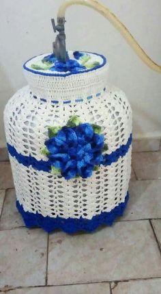 Muy lindo forro de garrafa Crochet Carpet, Crochet Home, Shabby Fabrics, Clear Glass Vases, Halloween Crochet, Turkish Towels, Crochet Patterns For Beginners, Mug Rugs, Filet Crochet