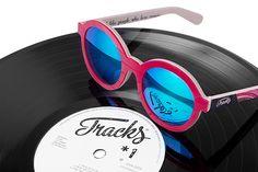 trackswear, vinilos y gafas de sol