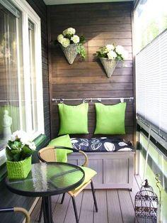 ベランダの壁にウッドフェンスを取り付ければ、プランターや棚を作り付けたり、事例のように簡易ソファーを作ることもできます。ポールに引っ掛けたクッションは取り外し式にしておけば、ベランダで過ごす時だけ持ち込むことができるので汚れません。