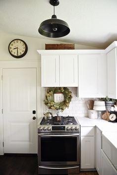 33 + Farmhouse Style Kitchen Ideas, Designs & How to Decorate Farmhouse Kitchen Lighting, Farmhouse Style Kitchen, Country Farmhouse Decor, Country Kitchen, Farmhouse Kitchens, White Farmhouse, Farmhouse Signs, Modern Farmhouse, White Cabinets