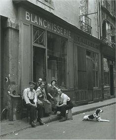 Robert Doisneau    La famille du blanchisseur. Paris 1949