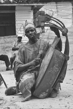 Pluriarc joué par David Mvigni– blocage des cordes– utilisation du plectre. Odjouma, Gabon, 2004.
