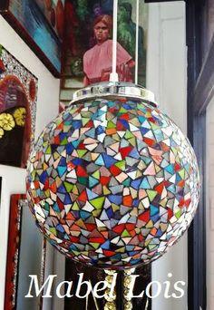 Realizada con vidrio color y esmerilado Tiffany Lamp Shade, Tiffany Chandelier, Tiffany Lamps, Mosaic Garden, Mosaic Art, Mosaic Glass, Stained Glass, Mosaic Bowling Ball, Garden Balls