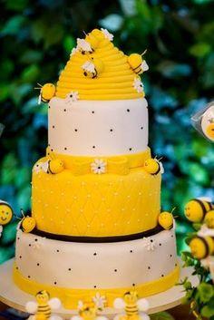 Que amor esta Festa Abelhinha!!!Imagens Per Bambini Festas.Lindas ideias e muita inspiração.Bjs, Fabíola Teles.Mais ideias lindas: Per Bambini Festas.Facebook: Per Bambini Festas.Instagram: @per... Pretty Cakes, Beautiful Cakes, Amazing Cakes, Fondant Bee, Bumble Bee Cake, Cupcakes Decorados, Sunflower Cakes, Bee Cakes, Spring Cake