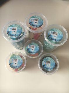 Barattolini con all'interno caramelle a forma di  squali, pesci, tartarughe e conchiglie! Disponibili nelle versioni 150g o 80g. Vengono forniti completi di etichette personalizzate!!