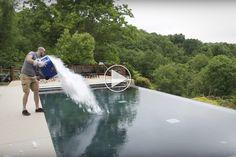 Se hvad der sker, hvis du smider 13 kilo tøris i en pool