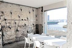 W amsterdamskim porcie pustką wieje z wielu poprzemysłowych budynków. Stopniowo jednak kolejne z nich wypełniają się nową funkcją, a nabrzeże przekształca się w tętniący życiem kawałek miasta. W jednej z dawnych hal magazynowych powstała na przykład największa w Europie restauracja rybna – Stork Restaurant. http://sztuka-wnetrza.pl/999/artykul/obiad-w-magazynie