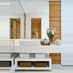 Este lavabo é uma graça. Branco e madeira formam uma dupla que particularmente, gosto muito.