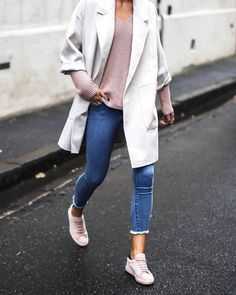 Trainers outfit, sneakers outfit casual, jeans and sneakers, pink shoes out Pink Trainers Outfit, Pink Shoes Outfit, Sneakers Outfit Casual, Sneaker Outfits, Sneakers Looks, Jeans And Sneakers, Trendy Outfits, Fall Outfits, Cute Outfits