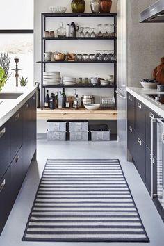 me encantan las alfombras de rayas en la cocina