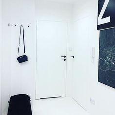W holu zdecydowanie musi być miejsce na mini garderobę. U mnie bardzo minimalistycznie. Kilka wieszaków na kurtki i pufa do ubierania butów. Czuje się w tym minimalizmie dobrze i jak u siebie ;) #interiorfurniture #interiordesign #interiör #whiteinterior #hol #hall #myhome #minimalism #mysweethome #usiebie #krakow #wnetrza #pufa @swarzedzhome.pl 💪 #michaelkors @maptu_maps #mapakrakowa #grafika #grafikanasciane #drzwiukryte #interiorblogger #simplycity