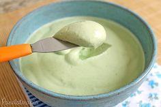Maionese Verde basta colocar no liquidificador: - 1 pão amanhecido sem casca picado grosseiramente; - 1 colherinha (café) rasa de sal; - 1/2 colherinha (café) de alho amassado (ou picadinho); - 150 ml de leite.