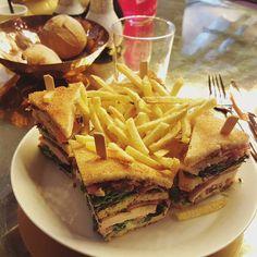 Après une première mauvaise expérience nous sommes revenus tester le club sandwich et ses fameuses frites. C'est déjà bien mieux que la première fois il y a encore un peu de travail à faire comme quoi un bon club c'est très compliqué.