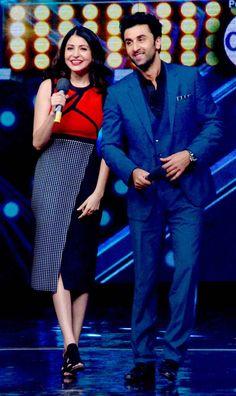 Ranbir Kapoor and Anushka Sharma promoting 'Bombay Velvet' on 'India's Got Talent'. Bollywood Actors, Bollywood Celebrities, Bollywood Fashion, Rishi Kapoor, Nice Dresses, Amazing Dresses, Karan Johar, Anushka Sharma, Ranbir Kapoor