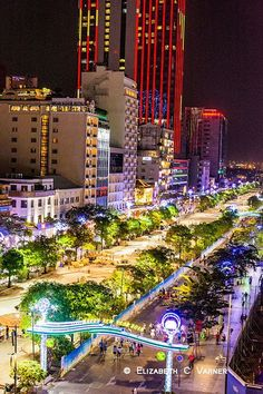 On se croirai presque à Las Vegas /downtown view of Ho Chi Minh (Saigon), Vietnam.