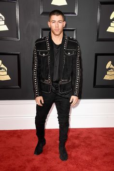 Chance the Rapper, Nick Jonas, John Legend. Les plus beaux looks des Grammy Awards 2017 ! Nick Jonas, Celebrity Red Carpet, Celebrity Look, Celebrity Dresses, Black Leather Shorts, Leather Jacket, Katy Perry, Lady Gaga, Balmain
