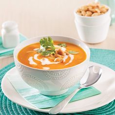 Voici une variante orientale pour ajouter du « humpf » à votre classique crème de courge! Healthy Soup, Healthy Recipes, Daycare Menu, Cheeseburger Chowder, Family Meals, Squash, Food To Make, Nutrition, Curry