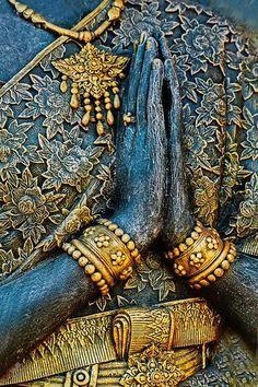 """Mudra Atmanjali - Oração, Reverência,Respeito e Gratidão. Cumprimento respeitoso. Conhecido como """"Padanamaskar Mudra"""", ~namaskar~ Honrando a si e aos outros com o gesto que reconhece a divindade de ambos. Abundância de benefícios físicos e mentais, traz equilíbrio entre os hemisférios cerebrais, e harmonia, equilíbrio, silêncio e paz em nossa vida. Mãos juntas no chakra cardíaco com um espaço oco entre as palmas. Acalma pensamentos, traz clareza. Constrói força fisica e estabiliza a mente."""